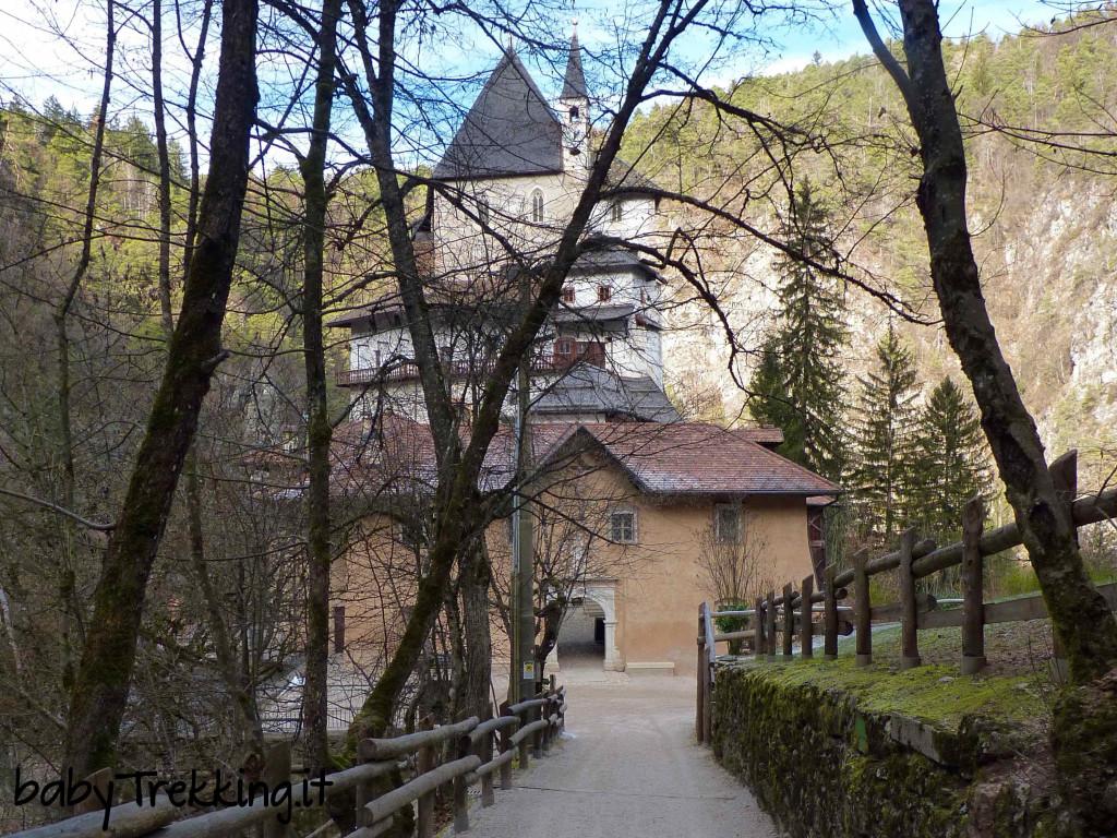 Al Santuario di San Romedio coi bambini, tra spiritualità e silenzi