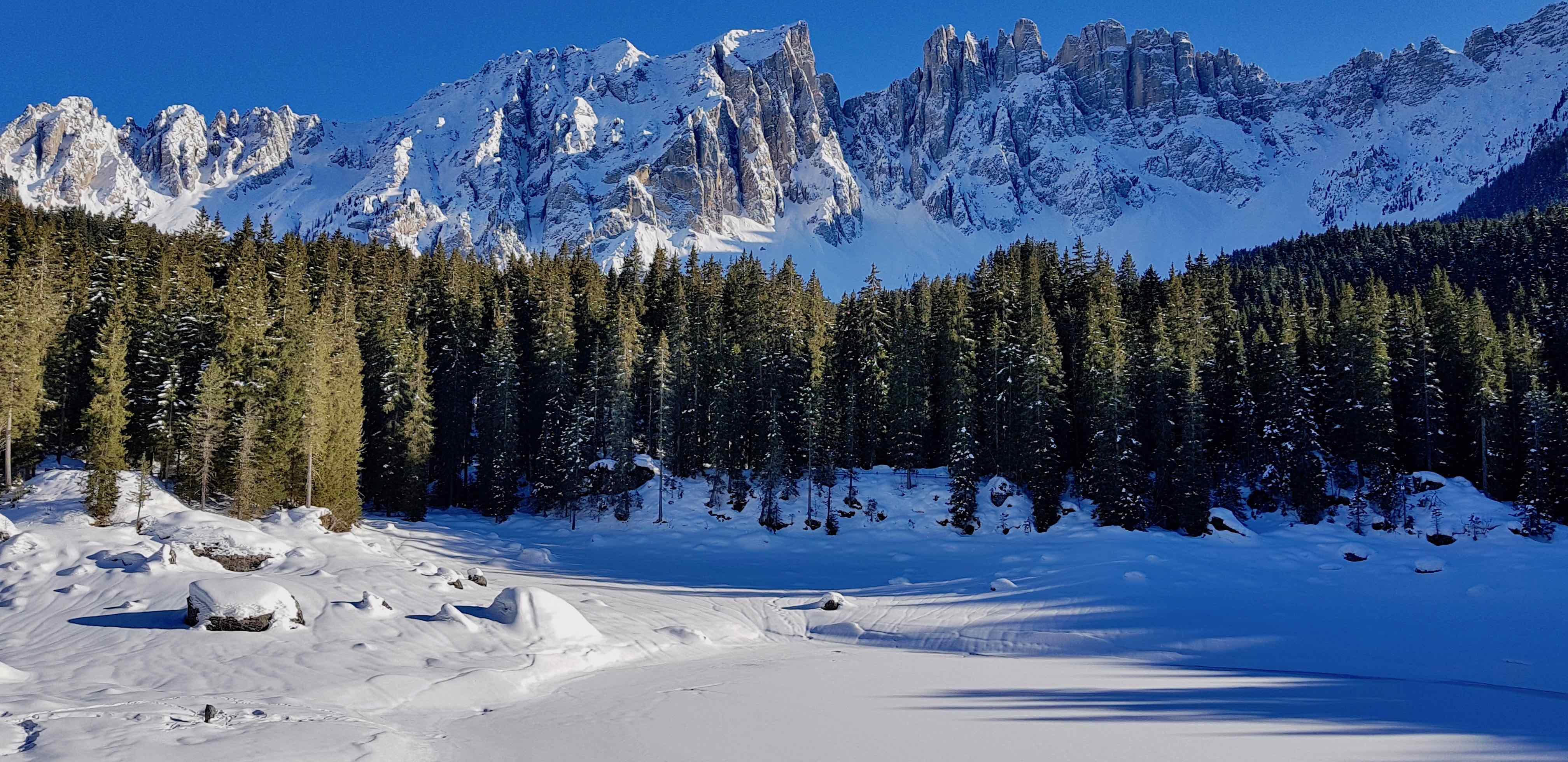 Al lago di Carezza con la neve, incanto d'inverno in Val d'Ega