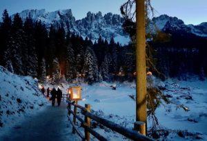 Mercatini del lago di Carezza, magia natalizia sotto il Latemar