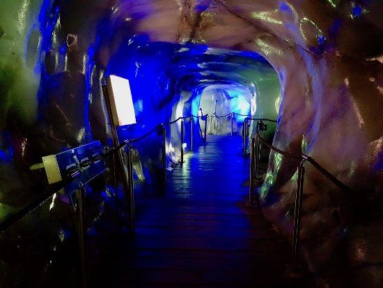 Nella grotta di ghiaccio dello Stubai: a bocca apertaNella grotta di ghiaccio dello Stubai: a bocca aperta