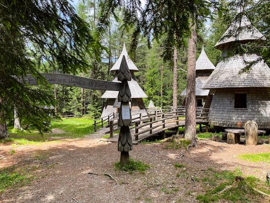 Dobbiaco villaggio alberi
