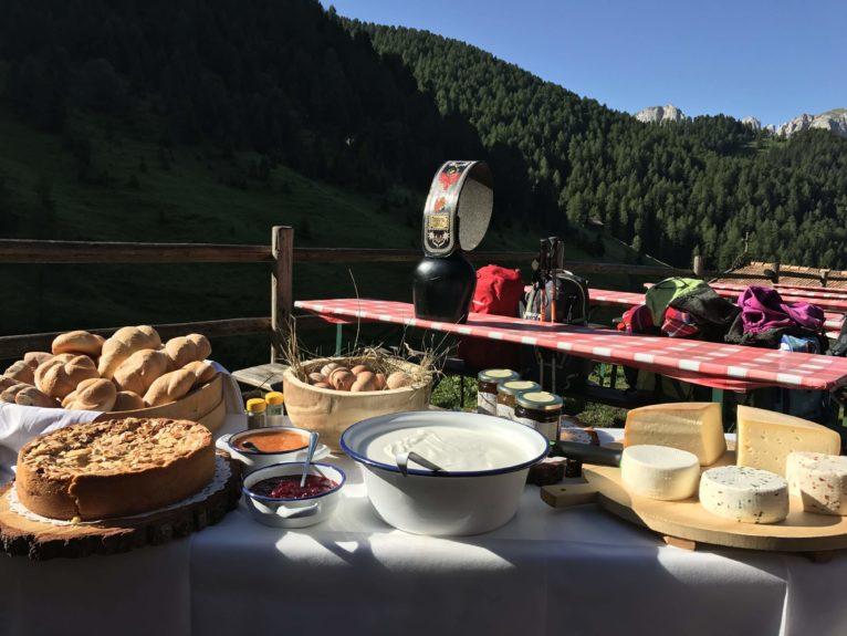 Albe in Malga in Val di Fassa: ammirare l'enrosadira e diventare malgari per un giorno